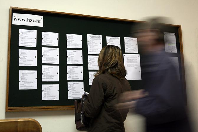 Slavonski Brod 301109.U Brodsko posavskoj zupaniji ima 14902 nezaposlena sto je 20% vise nego u istom periodu prosle godine.Vecina ih misli da nece naci zaposlenje preko biroa za zaposljavanje.Na slici biro za zaposljavanje. Foto: Danijel Soldo / CROPIX