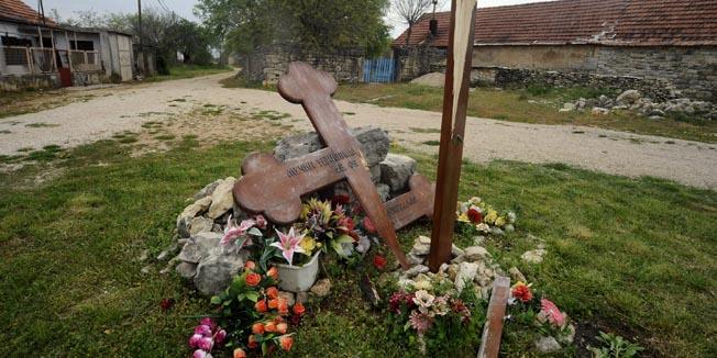 Varivode kod Kistanja ,230410.U mjestu Varivode nocas je razbijen spomen kriz zrtvama stradalim nakon Oluje.Foto: Niksa Stipanicev / CROPIX