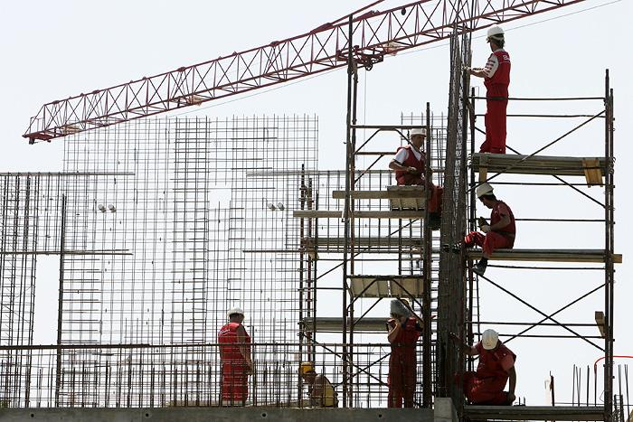 """Osijek, 260509.Gradjevinski radnici osjecke gradjevinske firme """"Gradnja"""" pod zastitnim kacigama na temperaturi zraka od 28 stupnjeva Celzijeva, postavljaju celicnu armaturu na izgradnji novog Poljoprivrednog fakulteta. Ta je zgrada unistena za vrijeme Domovinskog rata jer je bila smjestena na crti razgranicenja u juznom dijelu Osijeka, koji se nalazio nedaleko od okupiranog mjesta Tenje.Foto: Vlado Kos / CROPIX"""