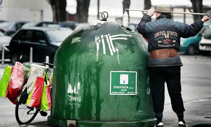 Zagreb, 070108. Krizanje Tratinske i Kranjceviceve. Lov u kontejneru. Jedan od mnogobrojnih gradjana koji su u besposlici odlucili skupljati boce po gradu. Foto: Elvir Tabakovic / CROPIX
