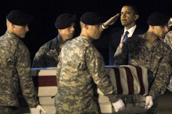 U.S. President Barack Obama participates in the dignified transfer of U.S. Army Sgt. Dale R. Griffin at Dover Air Force Base, Delaware, October 29, 2009. Griffin is one of 18 U.S. personnel who died Monday in Afghanistan and was returned to the U.S. onboard an Air Force C-17 military transport plane.    REUTERS/Jim Young    (UNITED STATES POLITICS MILITARY)