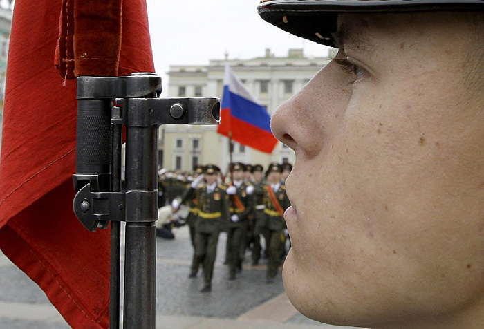 Soldiers march during celebrations to mark the 175th anniversary of the Alexander Column in Dvortsovaya Square in St. Petersburg September 10, 2009.  REUTERS/Alexander Demianchuk  (RUSSIA ANNIVERSARY POLITICS MILITARY)