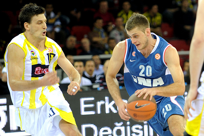 Cibona Zagrep's Marin Rozic (C) vies with Fenerbahce Ulker's Leon Radosevic (L) during their Euroleague group match at Abdi Ipekci sport hall in Istanbul, on November 4, 2009. AFP PHOTO/BULENT KILIC