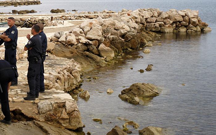 Zadar, 090608.Pocelo uklanjanje bespravno sagradjenih mulova u naselju Dobropoljana na otoku Pasmanu. Veliki broj policajaca osiguravao je lokaciju gdje se rusilo.Foto: Jure Miskovic / CROPIX