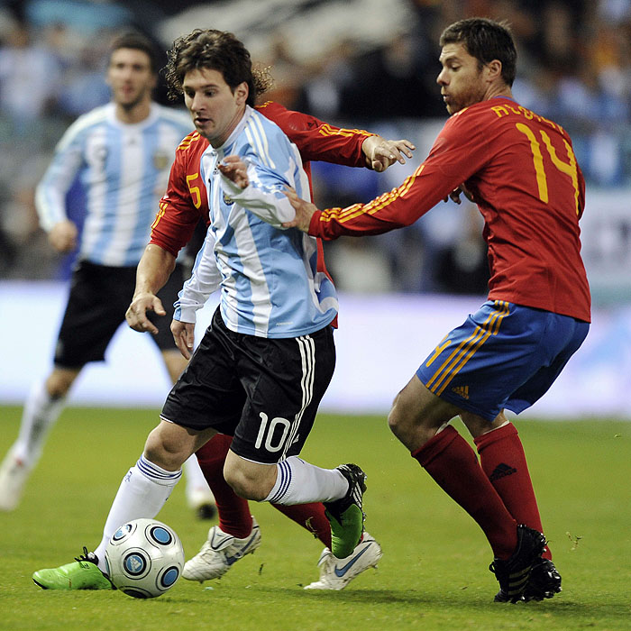 Spain's midfielder Xabi Alons (R) vies for the ball with Argentina's Lionel Messi (L) during a friendly football match at the Vicente Calderon stadium in Madrid on November 14, 2009.  AFP PHOTO/JAVIER SORIANO.