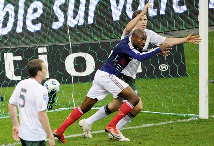 French defender William Gallas (C) scores during the World Cup 2010 qualifying football match France vs. Republic of Ireland on November 18, 2009 at the Stade de France in Saint-Denis, northern Paris.       AFP PHOTO / BERTRAND GUAY