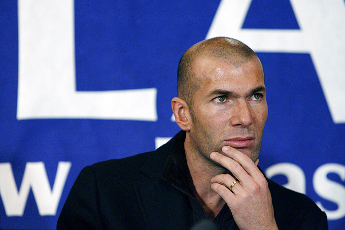 Former French national team soccer player Zinedine Zidane attends a news conference to present a new campaign of the charity organisation ELA in Rennes, western France, November 21, 2009.  REUTERS/Stephane Mahe (FRANCE POLITICS SPORT SOCCER BUSINESS)