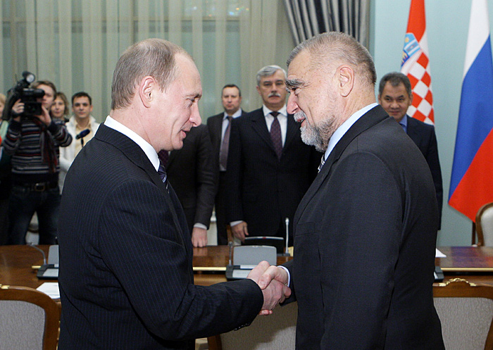Picture taken on December 14, 2009 shows Russian Prime Minister Vladimir Putin (L) shaking hands with Croatian President Stjepan Mesic in Moscow. Stjepan Mesic is on a working visit to Russia.  AFP PHOTO / RIA NOVOSTI / POOL / ALEXEY DRUZHININ