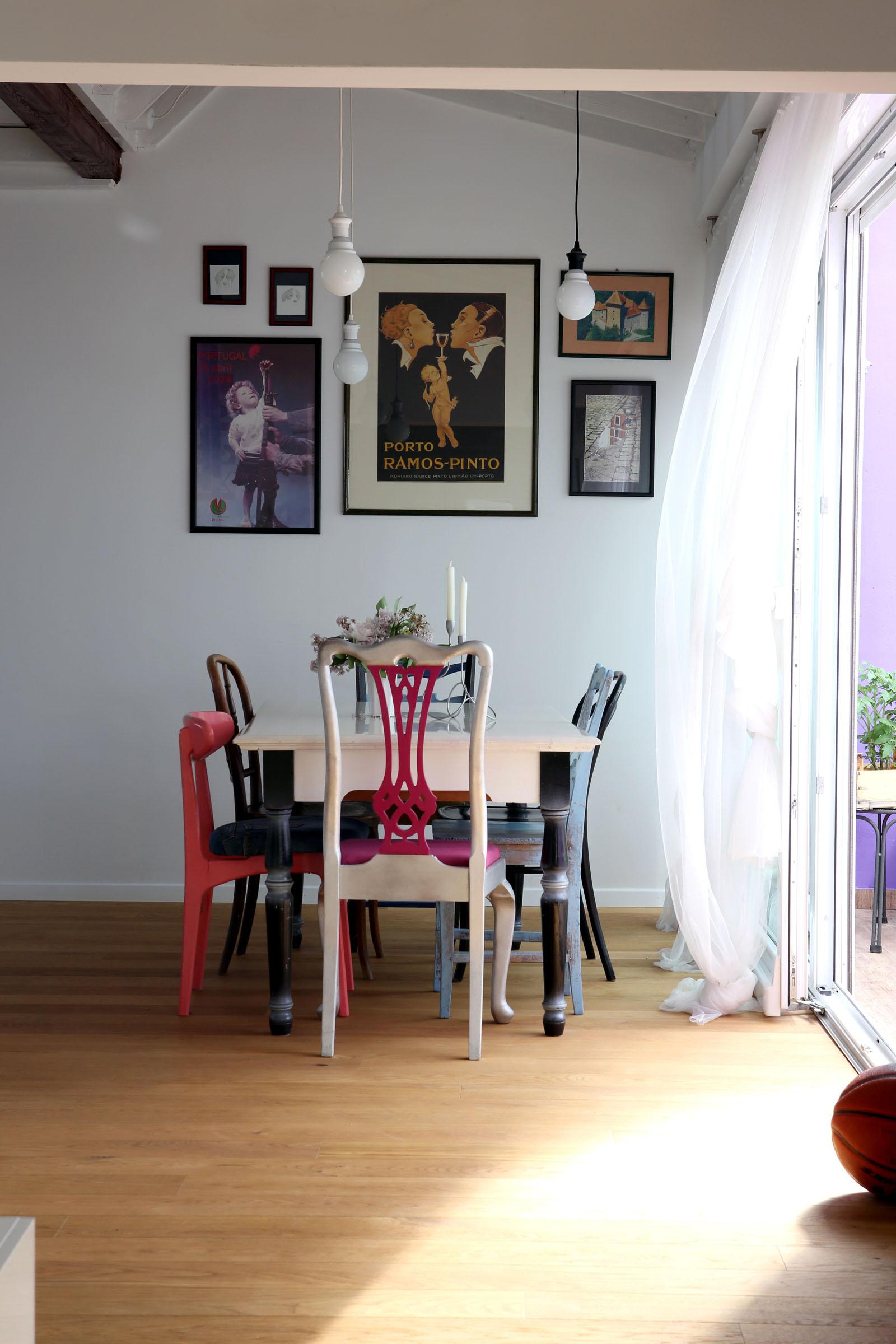 Zagreb, 030513. Stan na Jarunu u potkrovlju uredili su sami vlasnici Zoran Skoric i Kristina Carpucci. Stan ima galeriju iznad spavaceg dijela u kojem je garderoba i kuhinje u kojem je radni kutak. Kucni ljubimac mjesanac Zeus na fotkama unutar stana. Stolci u blagovaoni su skupljani godinama i vlasnica ih je sama uredila. Interijer je ispunjen sitnicama sa putovanja po svijetu. Terasa je glavni dio stana za druzenje u kojem dominira zid u ljubicastoj boji sa ljuljackom. Na fotografiji: detalj iz stana. Foto: Berislava Picek / CROPIX