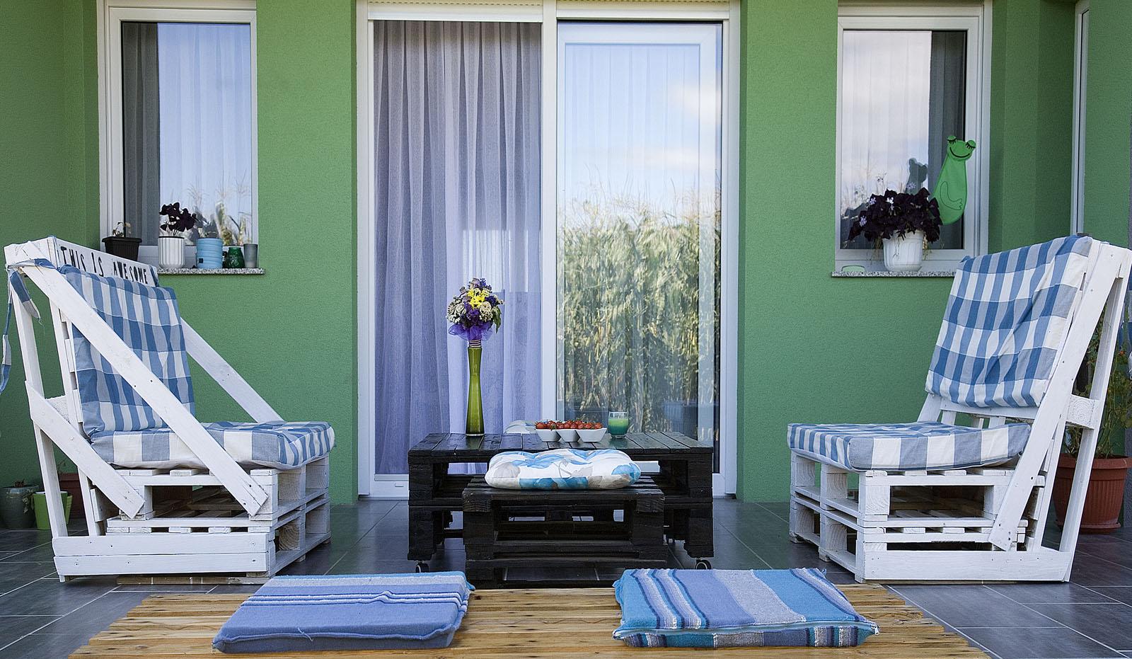 Garnitura za terasu napravljena od paleta.