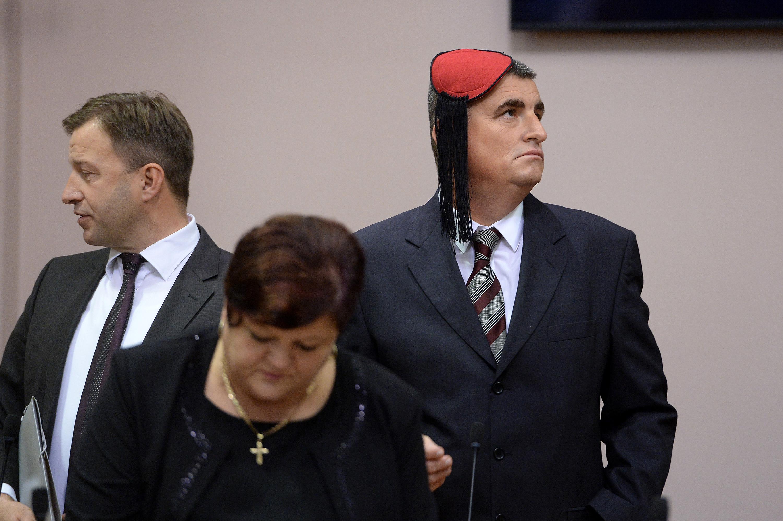Miro Bulj s kapicom na konstituirajućoj sjednici ovog saziva Sabora.