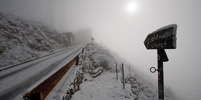 Makarska, 081214.Nakon tjedna kojeg su obiljezile obilne kise, makarsko primorje je obasjalo sunce a na najvisem vrhu planine Biokovo svetom Juri (1762m) je pao snijeg. Iako se blizi pocetak kalendarske zime vrh biokova se zabijelio s tek nekoliko centimetara snijega.Foto: Ivo Ravlic / CROPIX