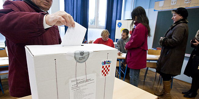 Split, 110115Glasanje za predsjednicke izbore na izbornom mjestu u Osnovnoj skoli Blatine u Splitu.Foto: Jakov Prkic / CROPIX