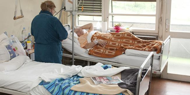 Sisak, 200409.Zupanica Marina Lovric i ravnatelj bolnice dr. Damir Pahic u ponedjeljak 20. travnja proglasili su pocetak rada Hematolosko - onkoloskog odsjeka u Opcoj bolnici Dr. Ivo Pedisic u Sisku. Na odjelu je trenutno 12 pacijenata, a odjel se nalazi na trecem katu nove interne.Pacijenti na hematolosko - onkoloskom odsjeku Opce bolnice Dr. Ivo Pedisic u Sisku.Foto: Miroslav Kis / CROPIX