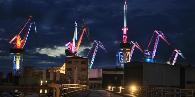 Pula, 230414. Generalna proba svjetlosnog spektakla osvjetljavanja Uljankovih dizalica veceras je na samo nekoliko sekundi prokazan medijima. Naime, veceras je okupljenim fotografima i kamermanima prikazan samo djelic rasvjetnog programa koji ce se premijerno odrzati 3. svibnja u sklopu Visualia festivala i Dana grada Pule.  Foto: Goran Sebelic / CROPIX