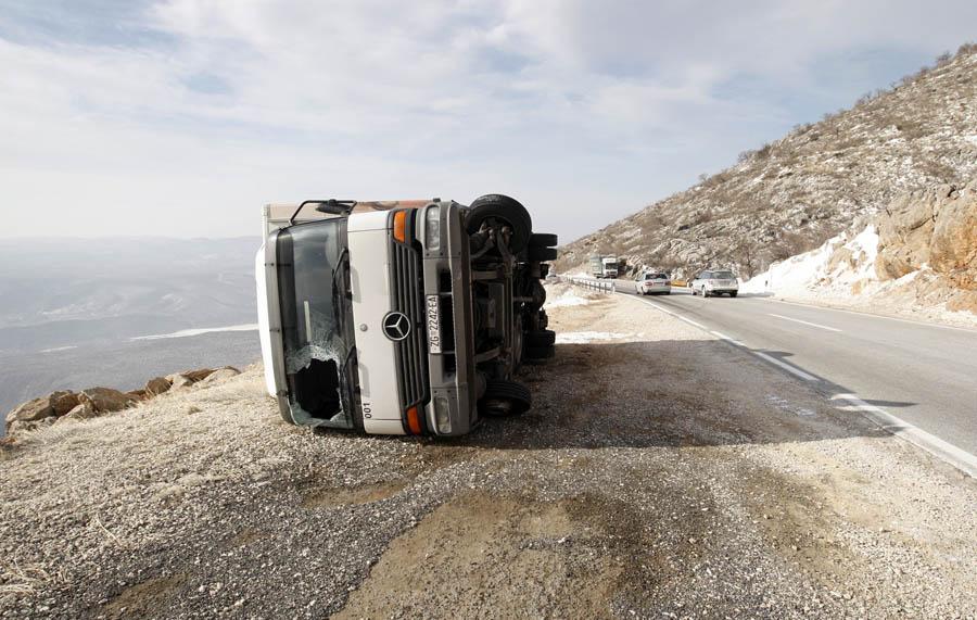 Zadar, 080212.Vec danima puse jaka bura, a sinoc je i prevrnut kamion zagrebackih registracija na cesti izmedju Zatona Obrovackog i Gracaca. Vozac je prosao bez tezih ozljeda.Foto: Jure Miskovic / CROPIX