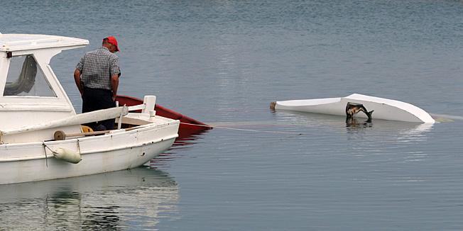 Vir, Zadar, 050611.Sportski hidroavion je kod otoka Vira nezgodno sletio u more i potonuo. Pri slijetanju mu je otpao plovak za sletanje. Pilot (hrvatski drzavljanin) nije ozlijedjen.Na slici: hidroavion u moru, do Privlake ga je dovukao Ante Kolanovic.Foto: Vladimir Ivanov / CROPIX