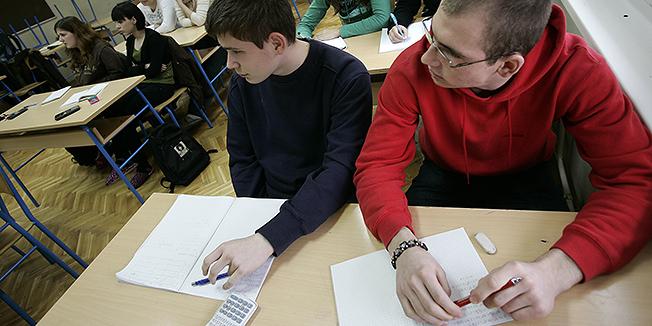 Osijek, 020209.Ucenici Trgovacke skole tijekom subotnje dopunske nastave na kojoj se ucenici strukovnih skola pripremaju za polaganje drzavne mature.Foto: Igor Sambolec / CROPIX