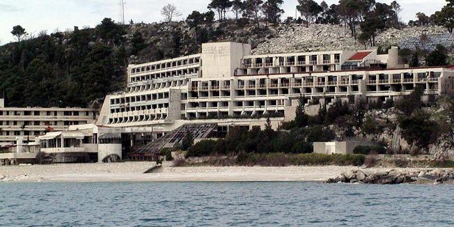 dubrovnik060504hotel goricina u vojnom kompleksu kuparisnimio mateo rilovic-desk-