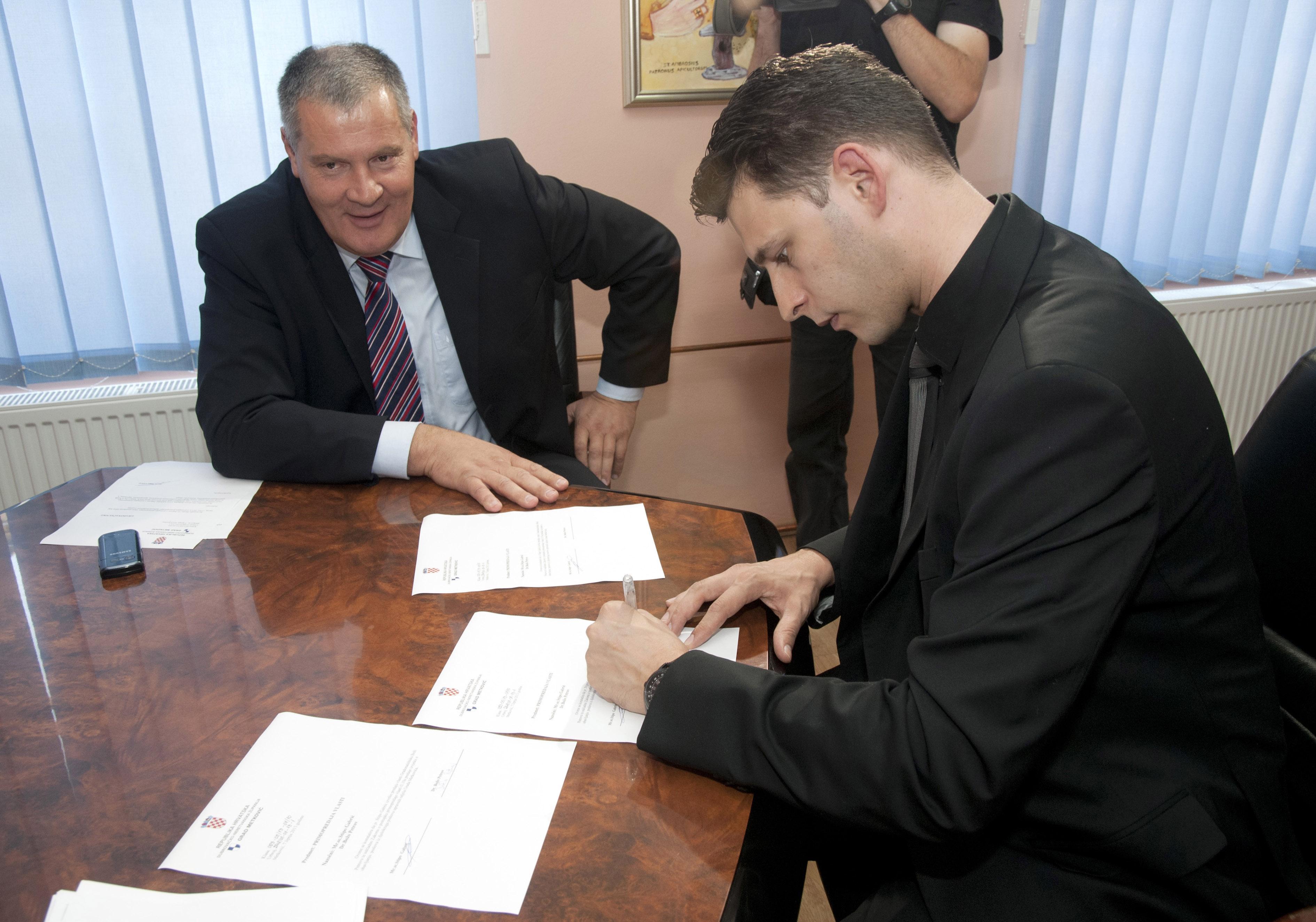 Stipe Gabrić Jambo službeno je 7. lipnja 2013. predao vlast svom nasljedniku dr. Boži Petrovu. Gabrić je predajući vlast priznao da je grad u teškoj financijskoj situaciji, ali na izravno pitanje Nikole Grmoje nije rekao koliki je gubitak u gradskoj blagajni