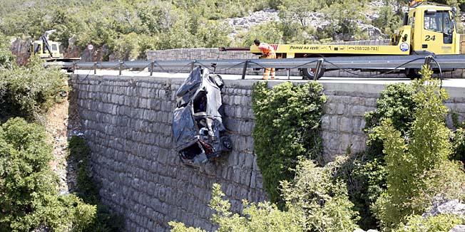 Vlaka, Senj, 180713.Jedna je osoba poginula, a dvije tesko ozlijedjene u prometnoj nesreci koja se jutros dogodila na drzavnoj cesti D-8 (Jadranska magistrala) ispred mjesta Vlaka nedaleko Jablanca. Prilikom slijetanja osobnog automoblia Fiat Punto talijanskih registarskih oznaka u 20-ak metara duboku provaliju poginula je putnica, mladja Amerikanka, a dvojica Talijana prebacena su u rijecku bolnicu s teskim tjelesnim ozljedama. Punto se kretao iz smjera Senja prema Jablancu, a dojava o nesreci stigla je oko 7:30 sati. U akciji izvlacenja tijela sudjelovali su i pripadnici GSS-a (Gorska sluzba spasavanja). Uzroci nesrece utvrdit ce se policijskim ocevidom.Foto: Tea Cimas / Cropix