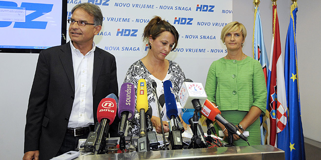 Zagreb, 210813.Sredisnjica HDZ-a, Trg zrtava fasizma 4.Odrzana je konferencija za medije Hrvatske demokratske zajednice na temu Provodjenje fiskalizacije u ugostiteljsko - turistickim objektima. Na konferenciji su sudjelovali su Hrvojka Bacic - podpredsjednica HDZ-ova Odbora za financije, Branka Jurcev Martincev - saborska zastupnica i gradonacelnica Vodica i Gari Cappelli - predsjednik HDZ-ova Odbora za turizam i gradolnacelnik Malog Losinja.Na fotografiji: Gari Cappelli, Hrvojka Bacic, Branka Jurcev Martincev.Foto: Damir Krajac / CROPIX