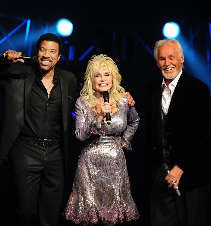 LEDYARD CENTER, CT - APRIL 10: Recording Artists Lionel Richie, Dolly Parton and Honoree Kenny Rogers Perform at Kenny Rogers: The First 50 Years show at the MGM Grand at Foxwoods on April 10, 2010 in Ledyard Center, Connecticut.   Rick Diamond/Getty Images/AFP== FOR NEWSPAPERS, INTERNET, TELCOS & TELEVISION USE ONLY ==
