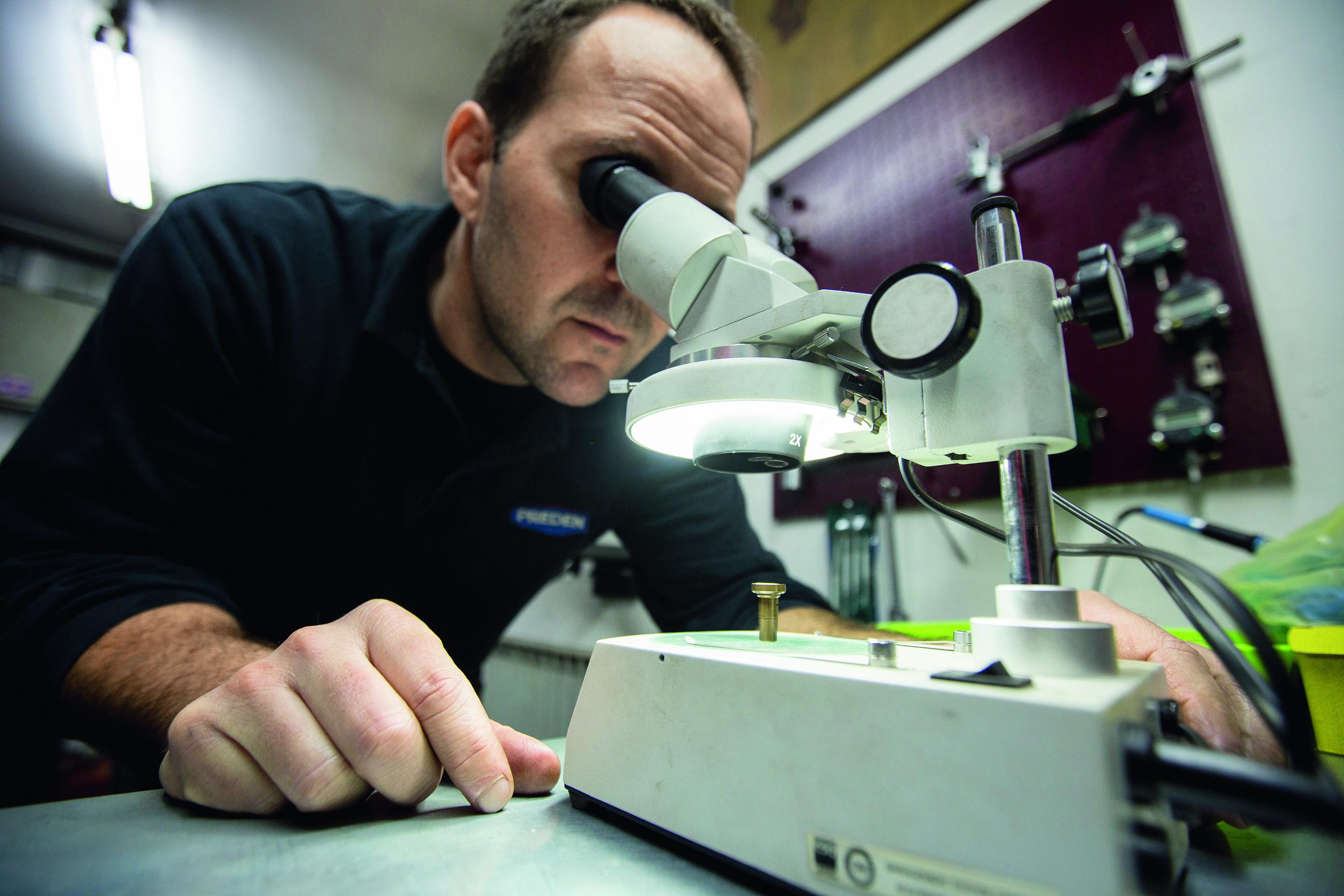 Zbog superfine preciznosti pregled dijelova injektora u radionici se gotovo u pravilu obavlja pod mikroskopom