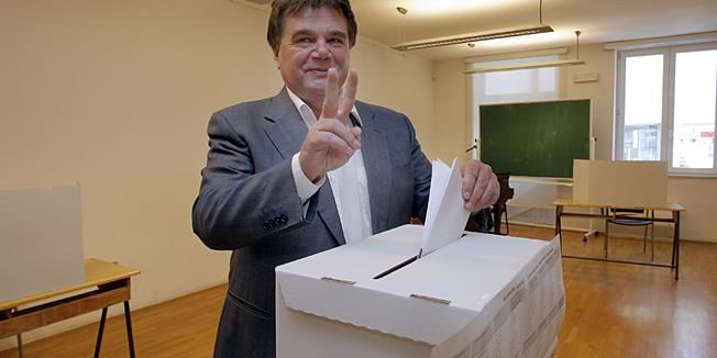 Porec, 140413.Danas po prvi puta gradjani Republike Hrvatske glasaju za svoje zastupnike u Europskom parlamentu.Na fotografiji: Ivan Jakovic na glasanju.Foto: Goran Sebelic / CROPIX