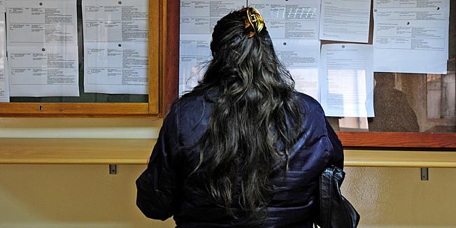 Sibenik, 160311.Nezaposleni traze posao na oglasnoj ploci sibenskog zavoda za zaposljavanje HZZ.Foto: Niksa Stipanicev / CROPIX