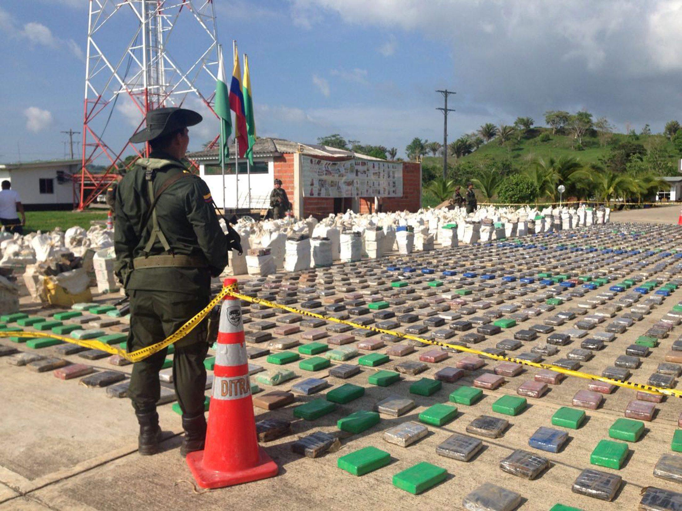 Kolumbijski policajac čuva pakete u kojima se prevozio kokain