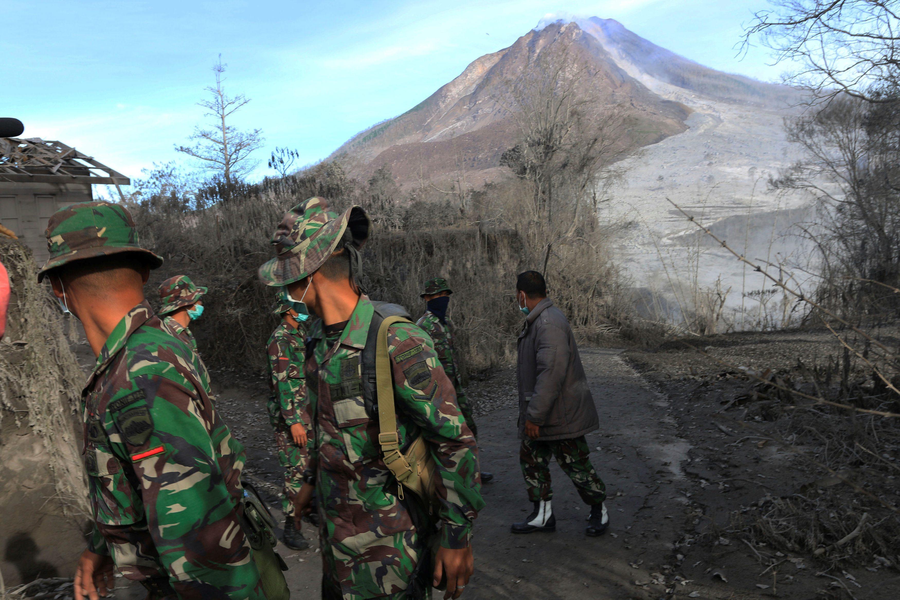 Indonezijski vojnici pretražuju područje ispod Mount Sinabung vulkana