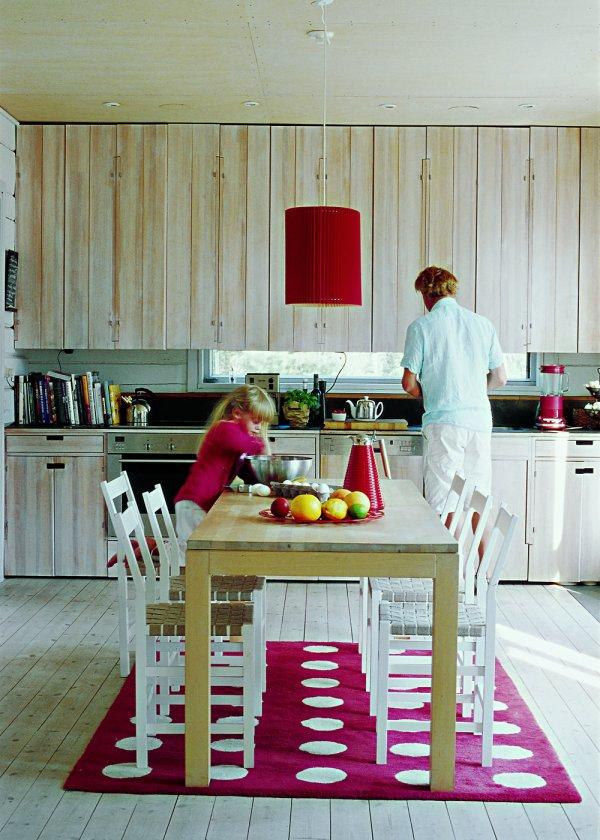 cuisine_scandinave_en_bois_roug_et_blanche1