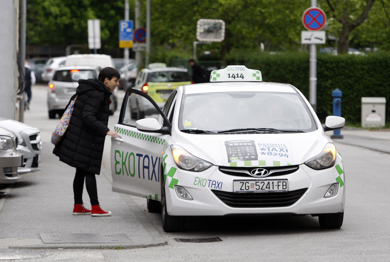 Novinarka Jutarnjag lista Zrinka Korljan ulazi u vozilo Eko taxija