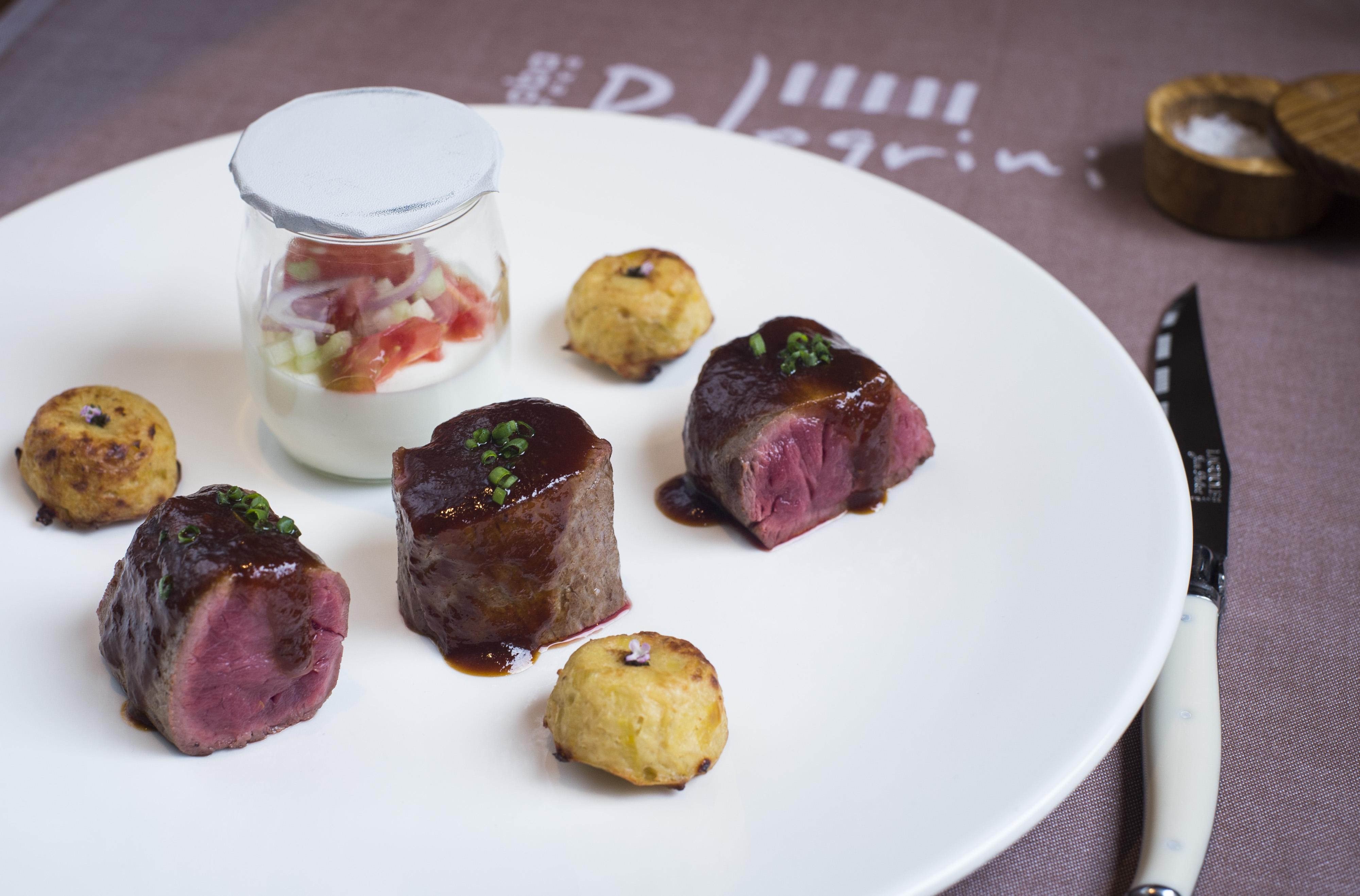 Sibenik, 170415. Konoba Pelegrini.   Na fotografiji:  Biftek sa zapecenim misnim sirom i povrcem Foto: Tom Dubravec / CROPIX