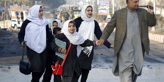 School children react as they were led away after a blast near the Pakistani consulate in Jalalabad, Afghanistan January 13, 2016. Afghan security forces exchanged fire with gunmen barricaded in a house near the Pakistan consulate in the eastern city of Jalalabad on Wednesday after a suicide bomber blew himself up, officials said.   REUTERS/Parwiz - RTX225OV