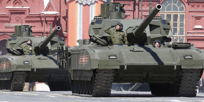 """Russian servicemen drive T-14 """"Armata"""" tanks during a rehearsal for the Victory Day parade in Red Square in central Moscow, Russia, May 7, 2015. Russia will celebrate the 70th anniversary of the victory over Nazi Germany in World War Two on May 9. REUTERS/Grigory Dukor  - RTX1BY6D"""