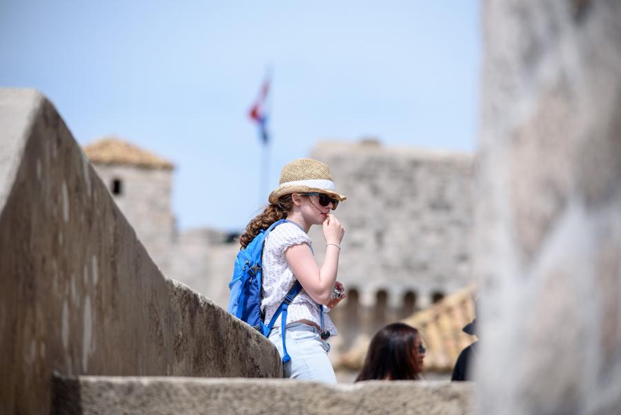 Dubrovnik, 170416.Topao proljetni dan turisti su iskoristili za razgledavanje dubrovackih zidina i setnju Stradunom. Foto: Tonci Plazibat / CROPIX