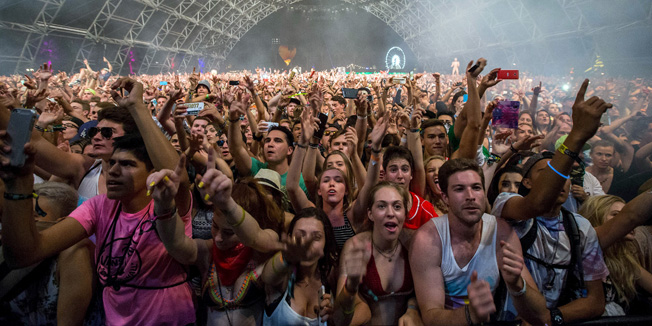 Fans listen to David Guetta at the Coachella Valley Music and Arts Festival in Indio, California April 12, 2015. REUTERS/Lucy Nicholson - RTR4X3P8