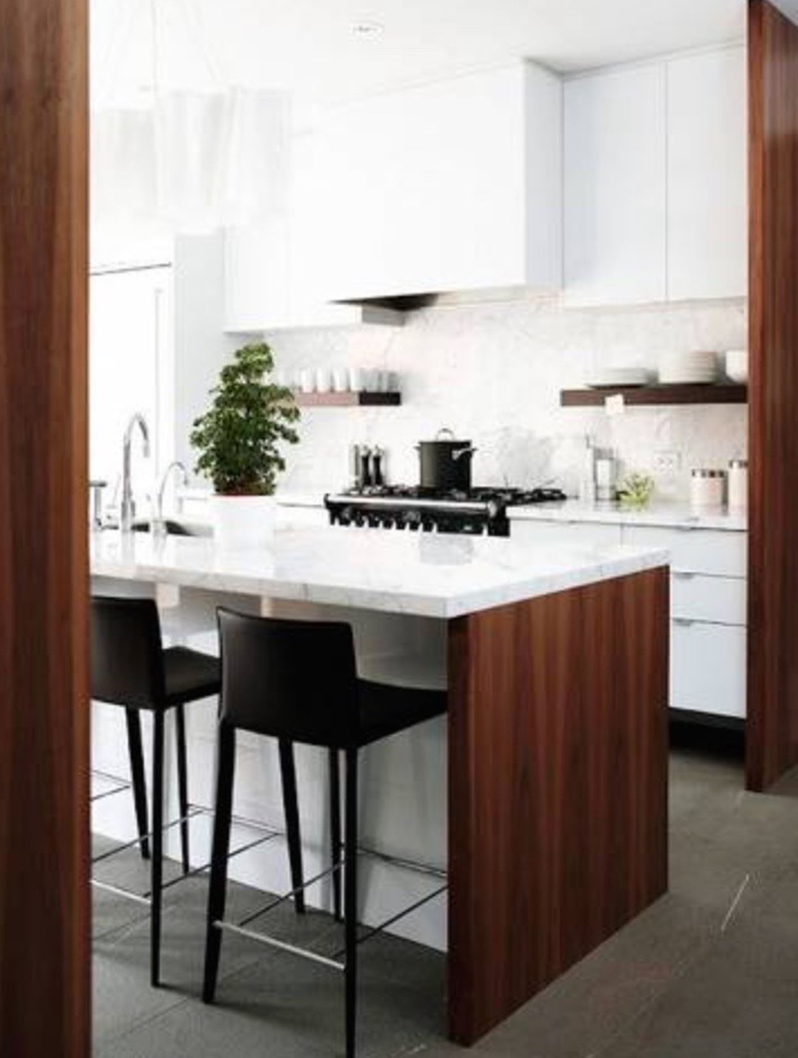 Lak bijela kuhinja i karakter tamnog drva.