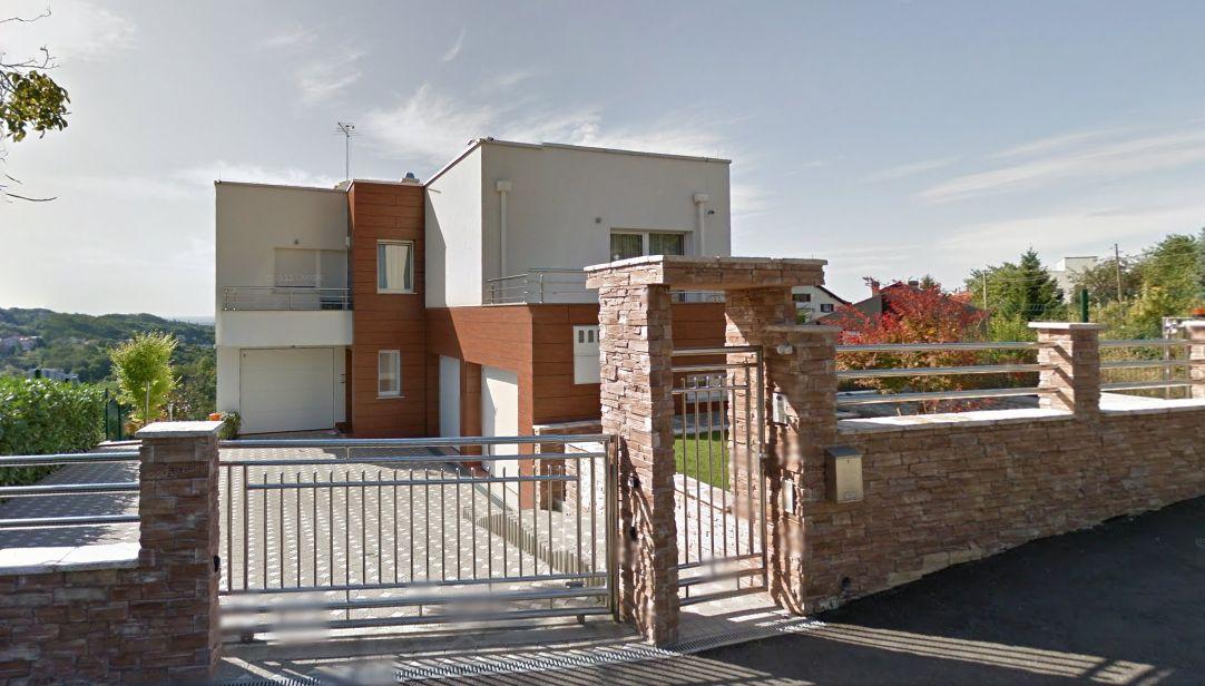 TROETAŽNA LUKSUZNA VILA NA ŠESTINAMA  Luksuzna vilu na Šestinama odlikuje predivan pogled na Zagreb, prostornost, dizajnerski osmišljen interijer, moderan namještaj, tri garažna mjesta te okućnica od 1000 m². Proteže se na tri etaže od kojih svaka može biti i samostalna jedinica:  etaža: kuhinja s dnevnim boravkom koji ima izlaz na terasu, gostinjska soba s kupaonicom i garderobom, radna soba, glavna kupaonica i vešeraj. etaža: kuhinja s dnevnim boravkom koji ima izlaz na balkon, dvije sobe i dvije kupaonice. etaža, potkrovlje, kuhinja s blagovaonicom, dnevni boravak s izlazom na balkon, glavna spavaća soba s kupaonicom, dvije dječje sobe i dodatna kupaonica. Vila na Šestinama prodaje se s  kompletnom opremom i kvalitetnim namještajem.