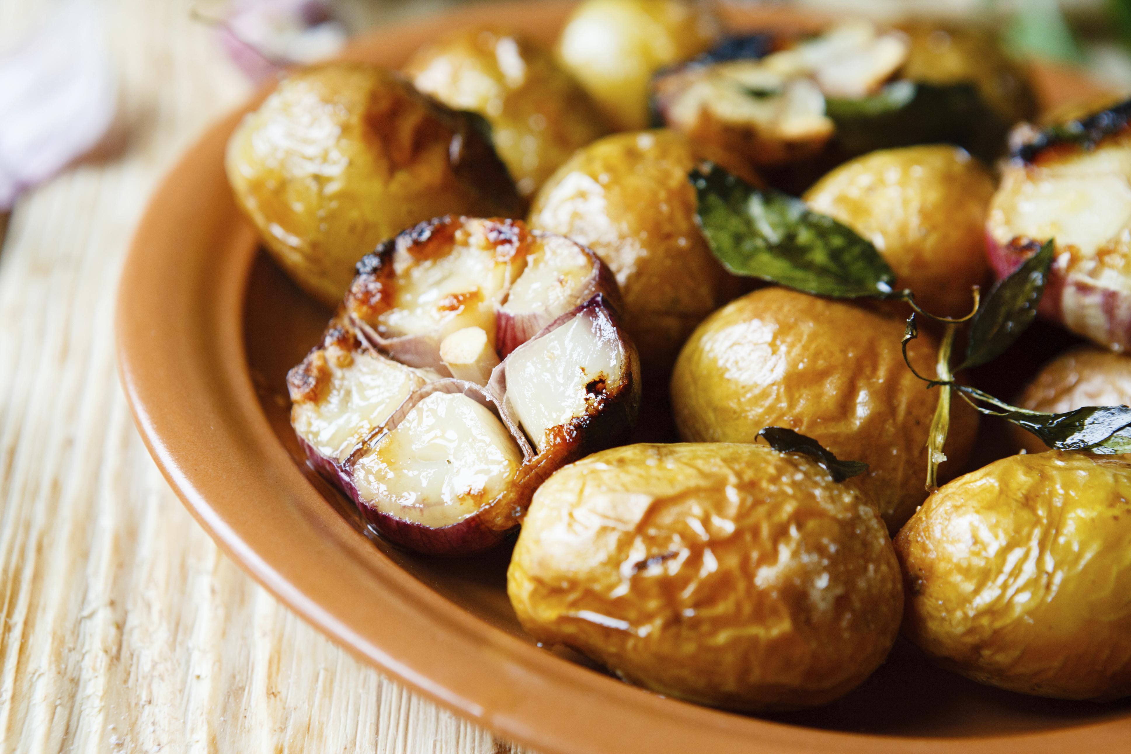 Pečeni mladi krumpir s češnjakom