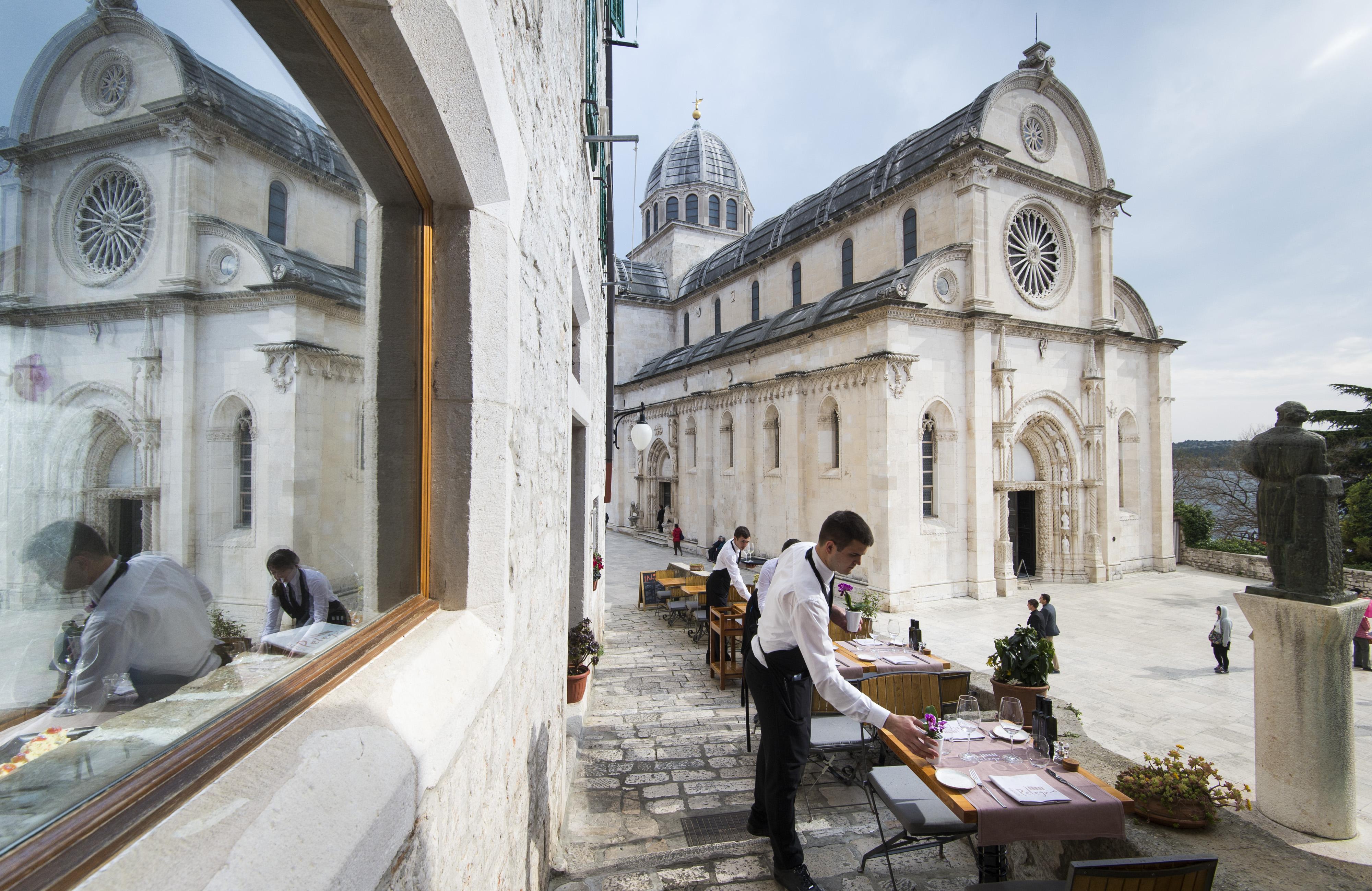 Konoba Pelegrini nalazi se uz šibensku katedralu sv. Jakova.