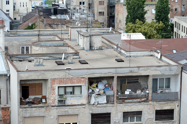 Zagreb, 140616.  Iblerov trg. U samom centru grada, na zadnjem katu zgrade do doma  umirovljenika Medvescak, stanari ne mare za izgled svojih balkona. Stovise, s jednog balkona prijeti gomila otpada koja bi uskoro mogla pasti na ulicu.   Foto: Goran Mehkek / CROPIX