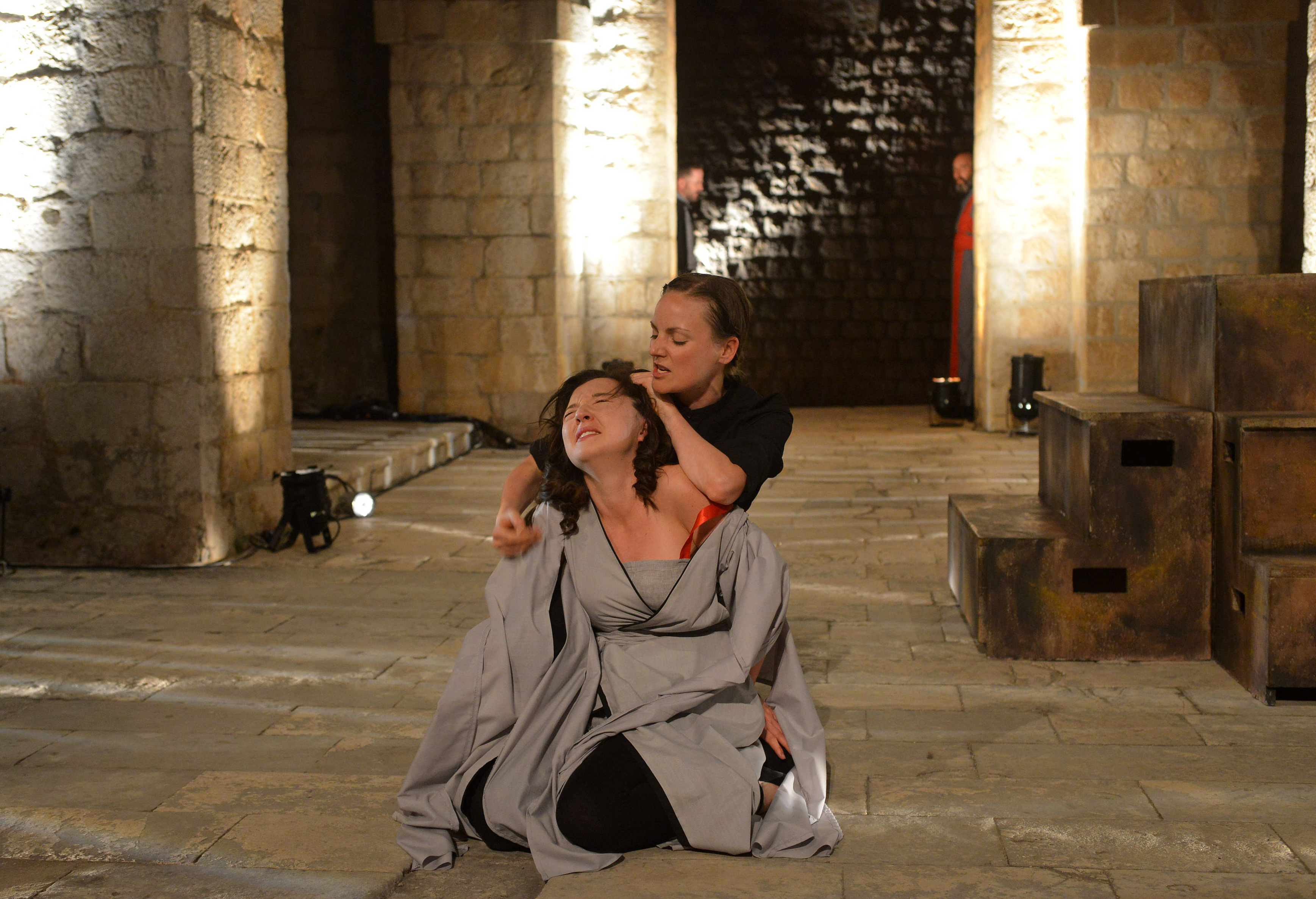 Susan Hingley (Ofelija) i Helen Millar (Hamlet); u pozadini: Filip Krenus (Polonije) i Al Barclay (Klaudije)