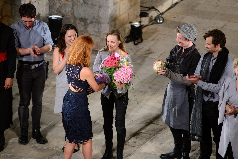 Na fotografiji: hostesa uručuje cvijeće glumici Helen Millar