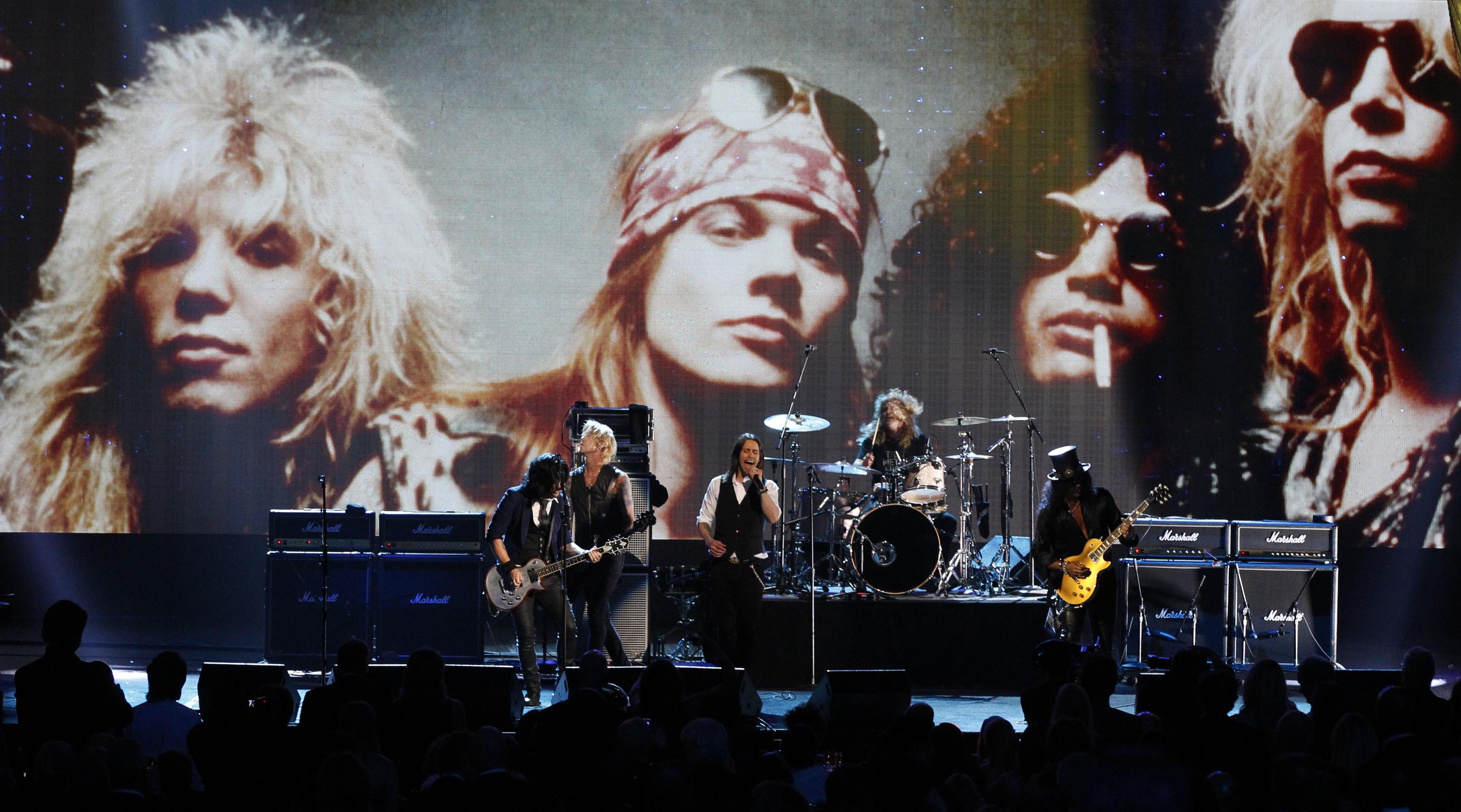 Guns N' Roses nastupaju prilikom primanja u Rock n' Roll kuću slavnih 2012. godine