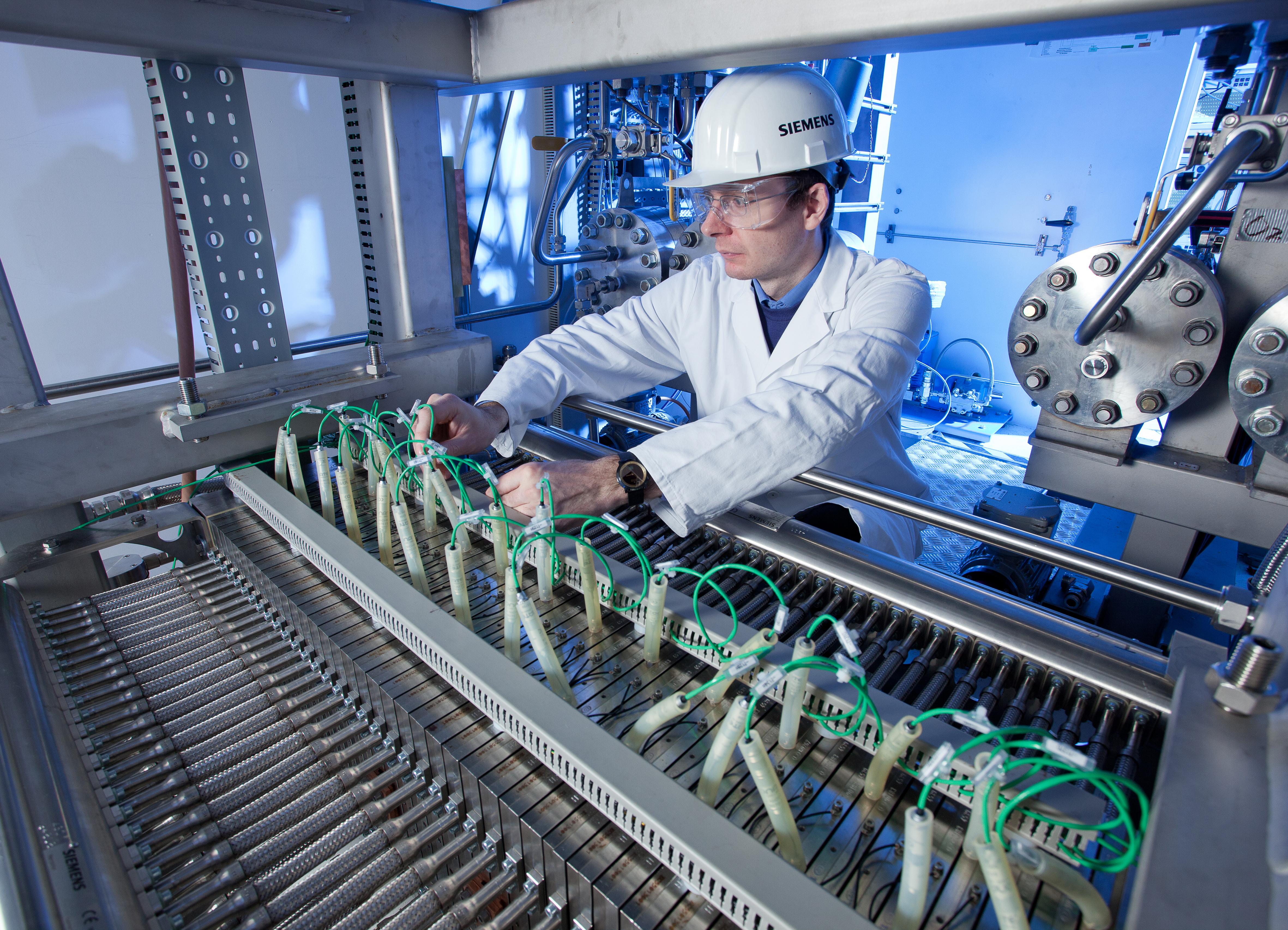 Radnik u pogonu Siemensa