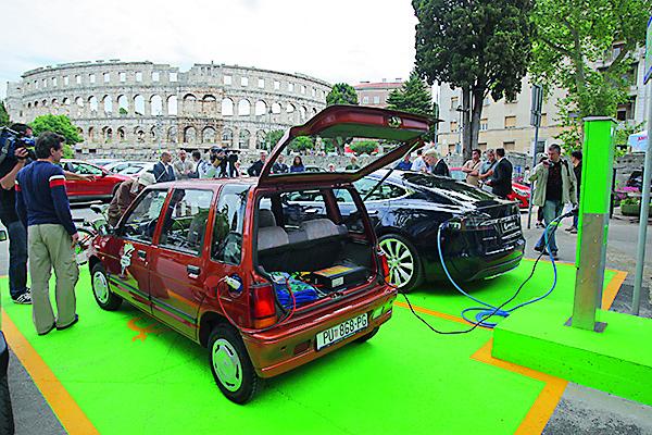 Pula, 260515. Na parkiralistu Karolina danas je svecano otvorena prva stanica za punjenje elektricnih vozila u Puli pod nazivom e-Spot MAX. koja uz sigurnog rukovanje omogucava punjenje vozila za dva najcesca standarda  dugotrajnog i brzog punjenja. U punionicu su investirali austrijska tvrtka Elsta Mosdorfer i hrvatska InfoArt. Punjenje auta je besplatno do kraja godine. Foto: Goran Sebelic / CROPIX