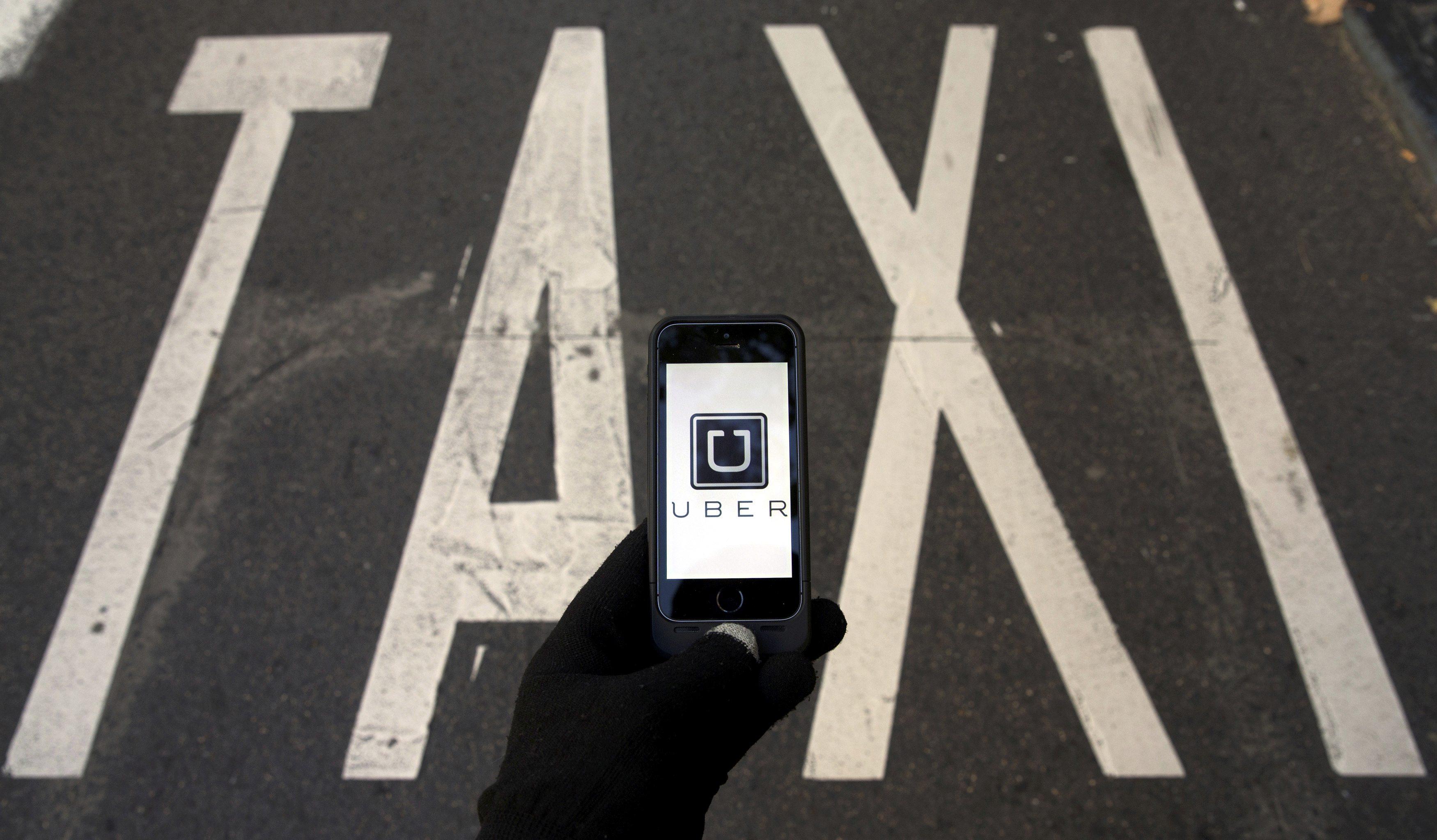 Uber pruža usluge prijevoza preko aplikacije na pametnom telefonu